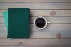 Grüne und blaue Bücher mit einem weißen Porzellantasse kaffee auf einem g Stockbilder