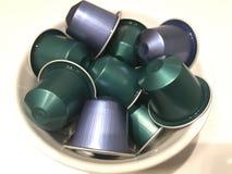 Grüne und blaue Kaffeekapseln Stockfotos