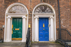 Grüne und blaue Türen in Dublin Stockbilder