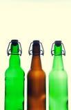 Grüne und braune Bierflaschen retro Getrennt Stockbilder