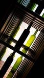 Grüne und dunkle Rebflaschen in mehrfache Zusammensetzungen lizenzfreie stockfotos