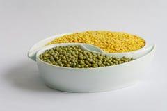 Grüne und gelbe Bohnen in der Keramikschüssel Stockbild