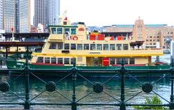 Grüne und gelbe Fähre machte in Kreis-Quay in Sydney NSW Australien circa im Juni 2014 fest jpg stockfotos