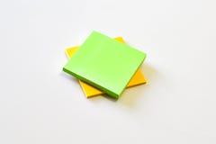 Grüne und gelbe Haftnotiz Stockbild