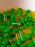 Grüne und gelbe Pillen Stockfotografie