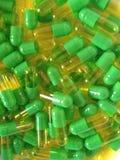 Grüne und gelbe Pillen Stockfoto