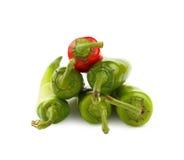 Grüne und glühende Paprikapfeffer schließen oben auf Weiß Lizenzfreie Stockfotografie