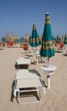 Grüne und orange Strandschirme Stockbilder
