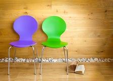 Grüne und purpurrote Stühle und Buch Stockfoto