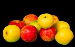 Grüne und rote Äpfel auf Schwarzem Lizenzfreie Stockfotos