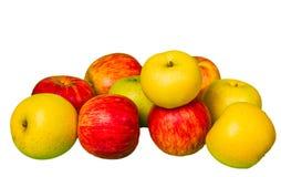 Grüne und rote Äpfel auf Weiß Stockfotografie