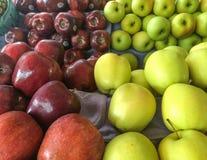 Grüne und rote Äpfel zusammen gruppiert Lizenzfreie Stockfotografie