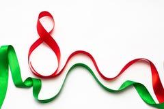 Grüne und rote Bänder auf einem weißen Hintergrund, Geschenke für geliebte lizenzfreie stockbilder