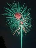 Grüne und rote Feuerwerke Lizenzfreie Stockfotografie