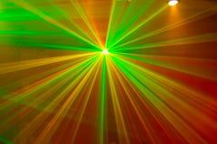 Grüne und rote Laserlichte Stockbild