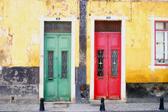 Grüne und rote Türen in Faro Stockfotografie