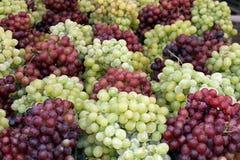 Grüne und rote Trauben am Markt Stockbild
