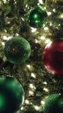 Grüne und rote Weihnachtsverzierungen stockbilder
