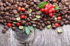 Grüne und schwarze Kaffeebohnen Lizenzfreie Stockfotos