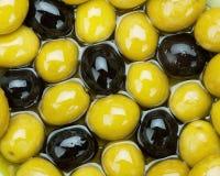 Grüne und schwarze Oliven Stockfotografie