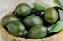 Grüne und schwarze Oliven Stockfotos