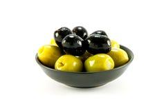 Grüne und schwarze Oliven in einer Schüssel Lizenzfreies Stockfoto