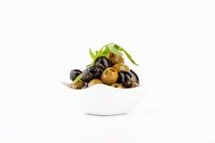 Grüne und schwarze Oliven Olivgrüner Imbiß Lizenzfreie Stockfotos