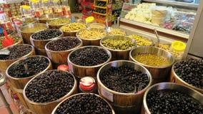 Grüne und schwarze Oliven von einem Shop Stockfoto