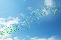 Grüne und weiße Ballone im Himmel Lizenzfreies Stockbild