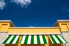 Grüne und weiße Dachspitze auf blauem Himmel Stockfoto