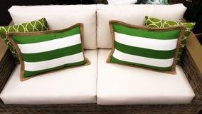 Grüne und weiße Kissen auf einem Sofa, wie durch Innen-designe angeredet Stockbilder