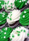 Grüne und weiße kleine Kuchen auf einer Schräge Stockbilder
