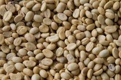 Grüne ungebratene Kaffeebohnen Lizenzfreie Stockfotos