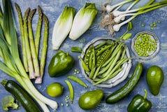 Grüne Veggiesgruppe Vegetarische Abendessenbestandteile Grüne Gemüsevielzahl Obenliegende, flache Lage, Draufsicht, Lizenzfreies Stockfoto