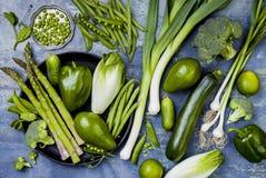 Grüne Veggiesgruppe Vegetarische Abendessenbestandteile Grüne Gemüsevielzahl Obenliegende, flache Lage, Draufsicht stockbild