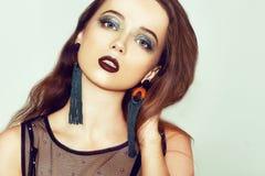 Grüne Verfassung Schönes Mädchen mit Make-up lokalisiert auf Hintergrund Augenmake-up und sinnliche Lippen Elegante Frisur Brunet lizenzfreies stockbild