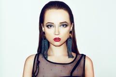 Grüne Verfassung Schönes Mädchen mit Make-up lokalisiert auf Hintergrund Augenmake-up und sinnliche Lippen Elegante Frisur Brunet stockbild