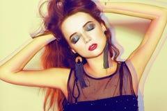 Grüne Verfassung Schönes Mädchen mit Make-up lokalisiert auf Hintergrund Augenmake-up und sinnliche Lippen Elegante Frisur Brunet stockfotos