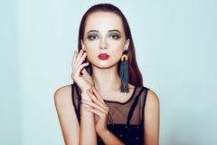 Grüne Verfassung Schönes Mädchen mit Make-up lokalisiert auf Hintergrund Augenmake-up und sinnliche Lippen Elegante Frisur Brunet stockbilder