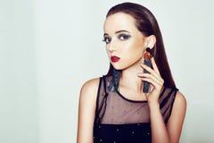 Grüne Verfassung Schönes Mädchen mit Make-up lokalisiert auf Hintergrund Augenmake-up und sinnliche Lippen Elegante Frisur Brunet lizenzfreies stockfoto