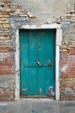 Grüne verschlossene Tür Stockfotos