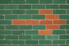Grüne Wand mit den roten Backsteinen, die einen Pfeil zeigt auf links formen Lizenzfreies Stockbild