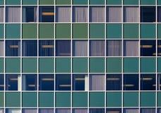 Grüne Wand mit Fenstern Stockfotografie