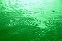 Grüne Wasserkreise Stockfoto