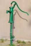 Grüne Wasserpumpe Stockfotografie