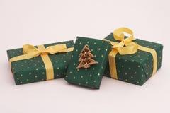 Grüne Weihnachtsgeschenke Stockfotografie