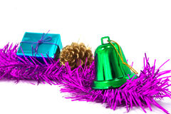 Grüne Weihnachtsglocken sind- im Lametta und in der Geschenkbox Stockbilder