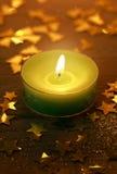 Grüne Weihnachtskerze, die mit glühendem Licht brennt Lizenzfreies Stockbild