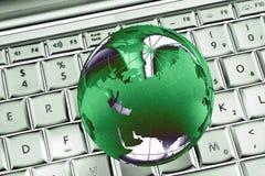 Grüne Welt auf Laptopzusammenfassung stockfotos