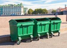 Grüne Wertstofftonnen am Damm in St Petersburg Lizenzfreies Stockfoto